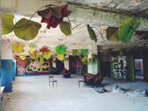 À l'intérieur du hall du bâtiment de la gauche et de la colonie de vacances soviétique oubliée Skazka pas loin de Moscou Image libre de droits