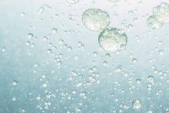 Öl, das in Wasser schwimmt Stockfoto