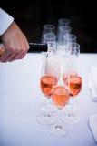 Σερβιτόρος που χύνει το κόκκινο κρασί στα γυαλιά Στοκ φωτογραφία με δικαίωμα ελεύθερης χρήσης