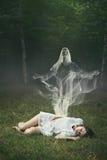 一名睡觉的妇女的灵魂在森林里 免版税库存照片