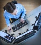 分析在多个屏幕上的贸易商数据在书桌 免版税库存图片