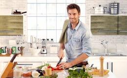 在家烹调在厨房里的英俊的人 库存图片