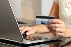 在网上买与信用卡电子商务的妇女 库存图片