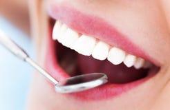 妇女牙和牙医镜子 库存图片