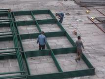 工作者在焊接的建造场所 库存照片