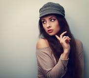 盖帽看的时髦想法的女性 葡萄酒颜色画象 图库摄影