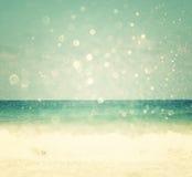 被弄脏的海滩和海背景挥动与bokeh光,葡萄酒过滤器 免版税库存照片