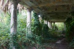 被放弃的古色古香的老大阳台 免版税库存图片