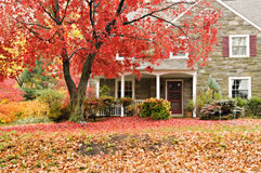 颜色秋天系列前面房子草坪 图库摄影
