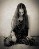 Adolescente con capelli estremamente lunghi in bianco e nero Immagini Stock