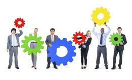 Affärsfolk med färgglat kugghjulsymbol Arkivbilder