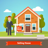 Agente inmobiliario y casa con para la muestra de la venta Imagen de archivo libre de regalías
