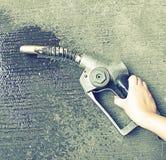Alte Gaspumpe, Öl, das auf dem Boden vergeudet (Weinleseeffektart und -nr. Stockfotos