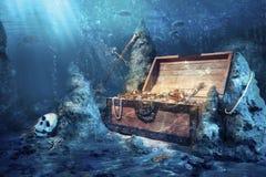 Apra la cassa di tesoro con il underwater luminoso dell'oro Fotografie Stock Libere da Diritti