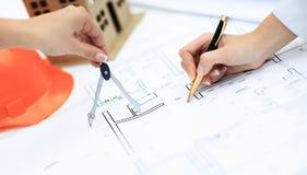 Architekt nimmt Änderungen an der Dokumentation vor Lizenzfreies Stockbild