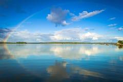 Arcobaleno di settembre sopra il lago svedese Fotografia Stock Libera da Diritti