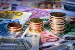As moedas fazem um mapa na euro- bolsa de valores das cédulas, dinheiro na elevação Fotografia de Stock Royalty Free