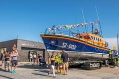 8. August 2015 bereitete sich Hastings, England, das Rettungsboot für Karneval vor Lizenzfreie Stockfotografie