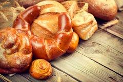 Bäckerei-Brot auf einem Holztisch Lizenzfreie Stockfotos