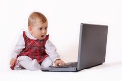 Babygirl en laptop Royalty-vrije Stock Foto
