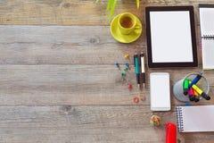 Bakgrund för kontorsskrivbordet med minnestavlan, ilar telefonen och koppen kaffe Sikt från ovannämnt med kopieringsutrymme Fotografering för Bildbyråer