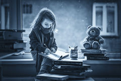 Bambina adorabile, scrivendo lettera a Santa, sedentesi su un vento Fotografie Stock