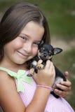 Bambina sorridente sveglia con il cucciolo Immagine Stock Libera da Diritti