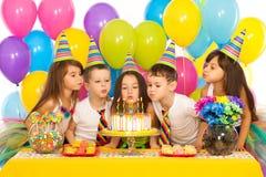 Bambini che celebrano la festa di compleanno e salto Fotografia Stock