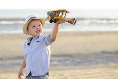Bambino che medita su spiaggia Fotografia Stock Libera da Diritti