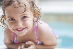 Bambino felice del bambino della ragazza nella piscina Fotografia Stock Libera da Diritti