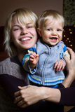Bambino sorridente con la madre Immagine Stock