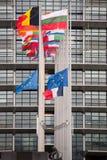 A bandeira das bandeiras e do França da União Europeia voa na meia haste Imagens de Stock
