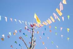 Banderas coloridas de la ceremonia del budismo en el templo tailandés Imagen de archivo