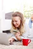 Bankwesen der jungen Frau auf Computer Lizenzfreies Stockfoto