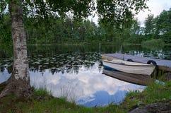 Barca a remi sulla costa svedese del lago Fotografia Stock