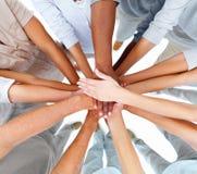 Bedrijfs mensen-handen die groepswerk overlappen te tonen Stock Afbeeldingen