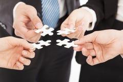 Bedrijfsmensen die puzzel houden Stock Afbeelding