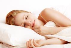 Bei sonno e sorrisi della donna nel suo sonno a letto Immagine Stock