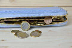 Benutzte Euromünzen, die von der Geldbörse herausfallen Stockfoto