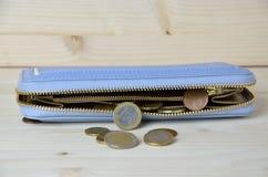 Benutzte Euromünzen und blaues walllet Stockfotos