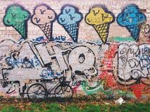 bicyclette Gris-noire de fixie devant le mur avec le graffiti de glace Photo stock