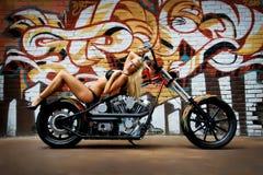 Bikini sexy de fille sur la moto Image libre de droits