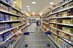 Boodschappenwagentje in een supermarkt Royalty-vrije Stock Afbeelding