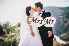 Braut und Bräutigam mit Herrn und Frau Zeichen Lizenzfreie Stockfotografie