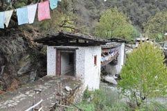 Bro till den Chagri meditationmitten ovanför Thimphu Royaltyfri Fotografi