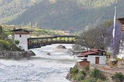 Bro till Punakha Dzong i Bhutan Arkivfoto