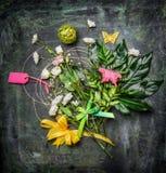 Bukiet kwiaty z liśćmi, dekoracją i kartka z pozdrowieniami na rocznika tle, Fotografia Royalty Free