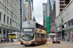 Bus und Taxi auf Hong- Kongteleshopstraße Stockfotos