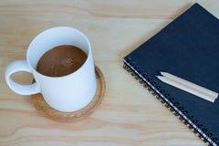 Caffè della tazza e taccuino Fotografie Stock Libere da Diritti