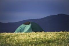 Camper dans les montagnes de Ridge bleu Images libres de droits